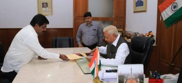 Bengaluru: Karnataka's Small-Scale Industries Minister H. Nagesh submits his resignation to the state Governor Vajubhai Vala at Raj Bhavan, in Bengaluru on July 8, 2019. Nagesh resigned and also withdrew support to the 13-month-old Congress-JD-S coalition government in the southern state. (Photo: IANS)