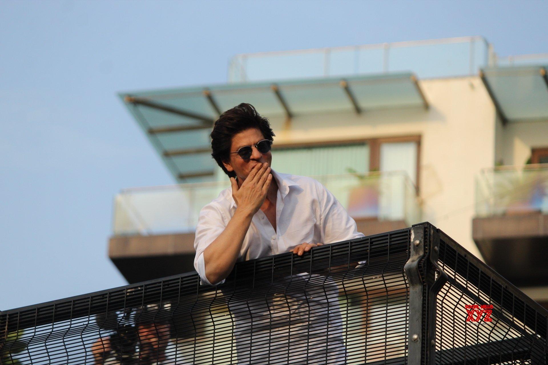 SRK's Eid tip: 'Give yourself a self-hug'