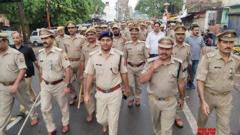 UP cop scolds hotel manager over women employees' safety