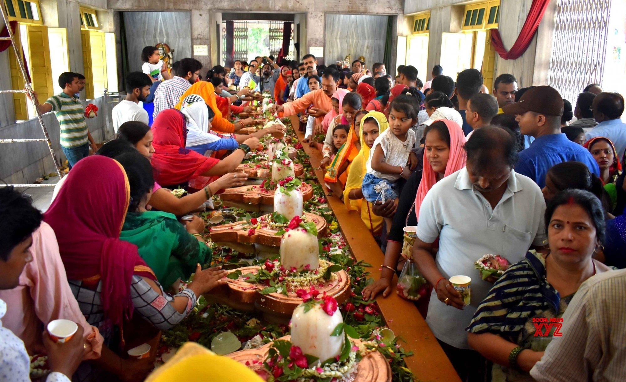 Prayagraj: People worship Lord Shiva #Gallery - Social News XYZ