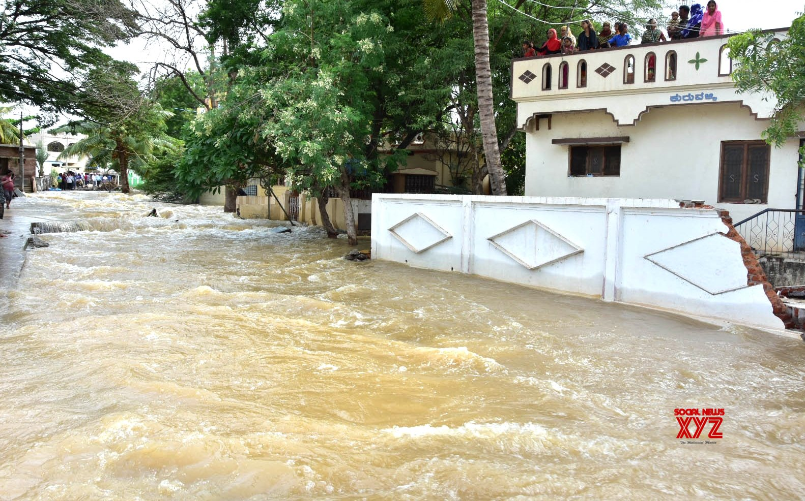 K'taka gives additional aid of Rs 10K to flood-hit people