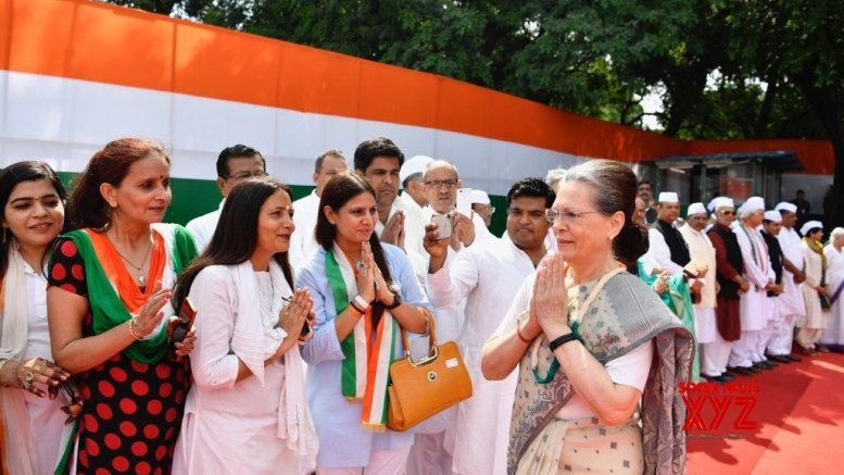 Sonia Gandhi hoists Tricolour at Congress office