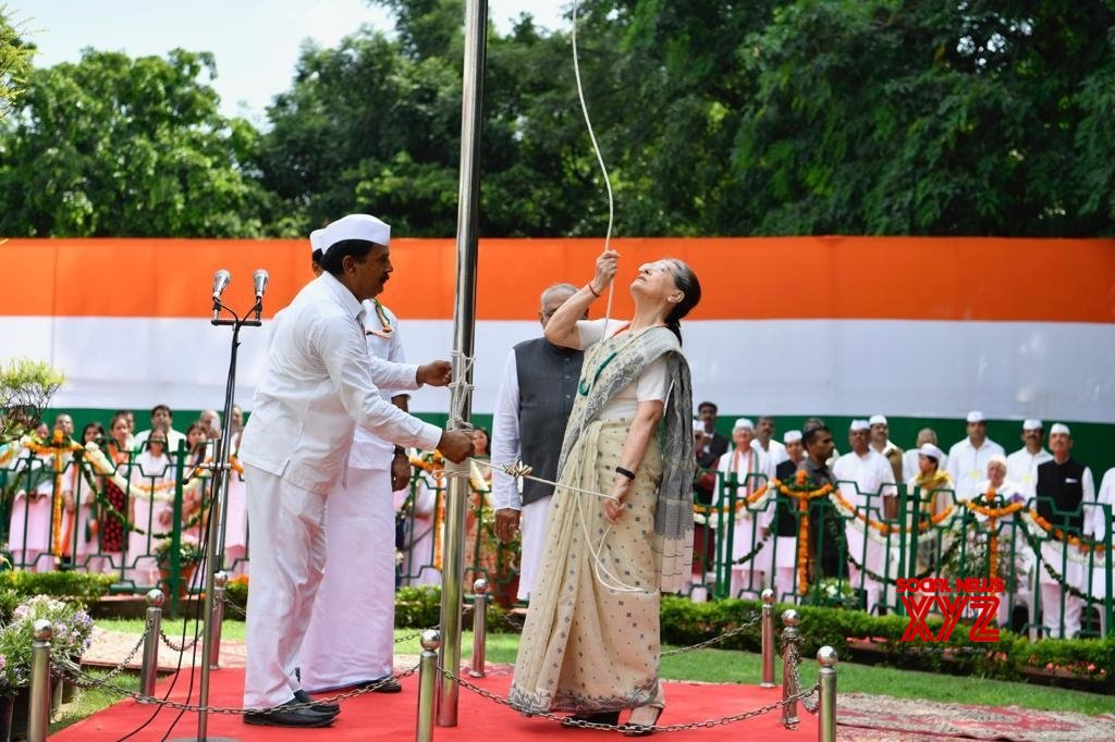New Delhi: Sonia Gandhi unfurls national flag at Congress HQ #Gallery