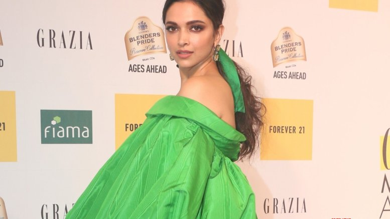 Deepika obliges young male fan with a photo-op
