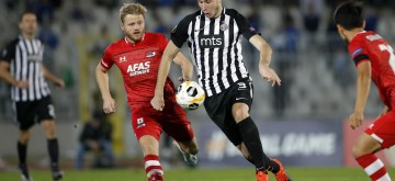 BELGRADE, Sept. 20, 2019 (Xinhua) -- Partizan's Strahinja Pavlovic (2nd R) vies with Az Alkmaar's Fredrik Midtsjo during a UEFA Europa League Group L football match between Partizan and Az Alkmaar in Belgrade, Serbia on Sept. 19, 2019. The match ended in a 2-2 draw. (Xinhua/Predrag Milosavljevic/IANS)