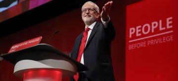 新华社照片,布莱顿(英国),2019年9月24日      (国际)(1)英国工党领袖科尔宾在工党年会发表主旨演讲        9月24日,在英国布莱顿,英国工党领袖科尔宾在大会上发表主旨演讲。      2019年英国工党年度大会将于9月25日在英国布莱顿闭幕。      新华社记者韩岩摄(编辑好,党魁的演讲原定于最后一日周三进行,但因为英国最高法院裁定首相要求议会休会违法,英国议会将于周三复会,所以党魁的演讲提前到周二傍晚进行。)BRITAIN-BRIGHTON-LABOUR PARTY-ANNUAL CONFERENCE-LEADER'S SPEECH(190924) -- BRIGHTON, Sept. 24, 2019 (Xinhua) -- British Labour Party Leader Jeremy Corbyn gives his keynote speech on day 4 of the Labour Party Annual Conference 2019 in Brighton, Britain on Sept. 24, 2019. (Xinhua/Han Yan)(致编辑:英国工党不是执政党,但是鉴于脱欧乱局下的英国政坛变动很大,大选、公投等都有潜在可能,所以英国媒体对工党和保守党的年会同样重视,谢谢)