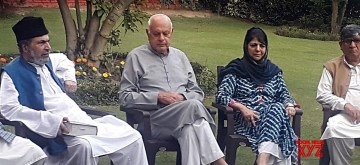 Srinagar: Peoples Democratic Party (PDP) leader Mehbooba Mufti and Nation Conference President Farooq Abdullah during All party meeting at Farooq Abdullah's residence in Srinagar on Aug 4, 2019. (Photo: IANS)