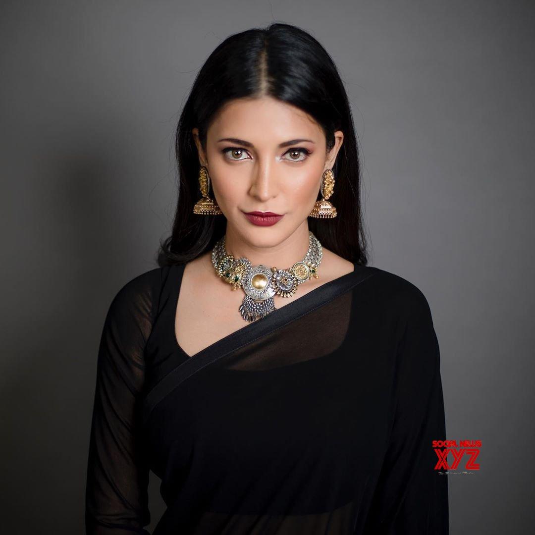 Actress Shruti Haasan Sexy New Stills In A Black Saree For Hey Ram Movie Special Screening