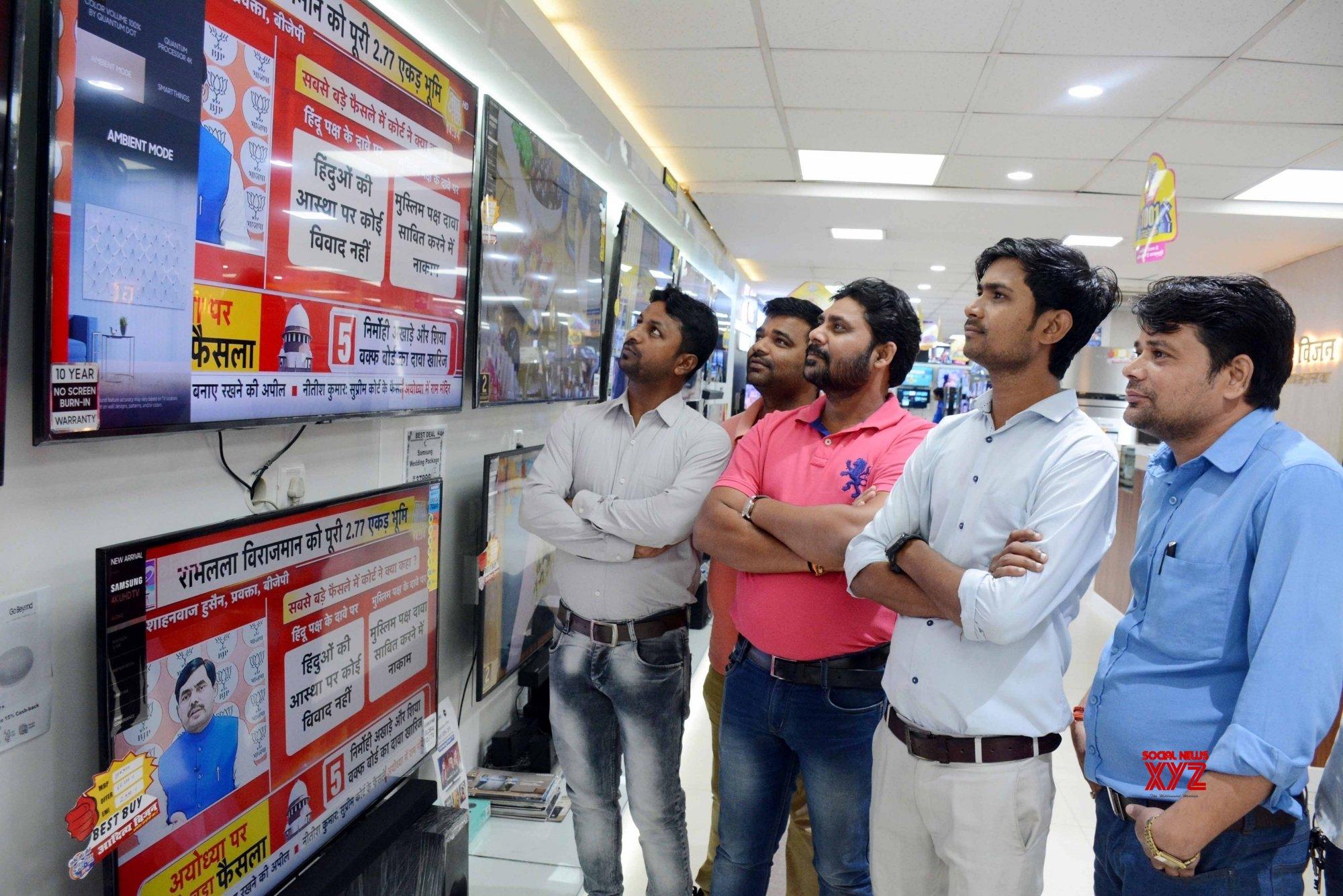 Patna: People watch SC's Ayodhya verdict telecast #Gallery
