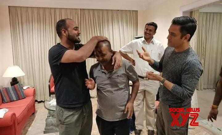 Dhoni enjoys time with friends in Ranchi