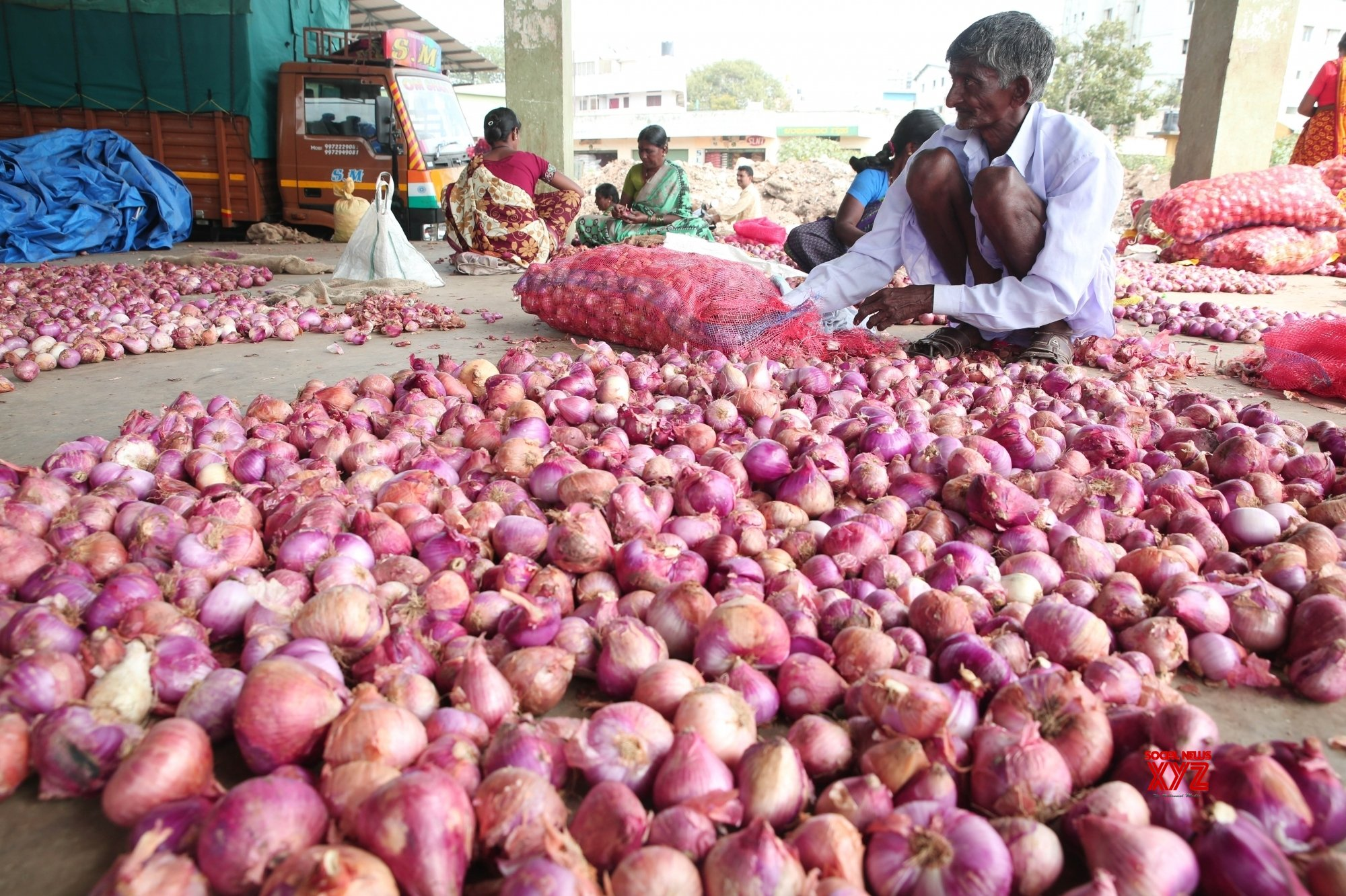 Centre asks states to impose stock limits on onion traders