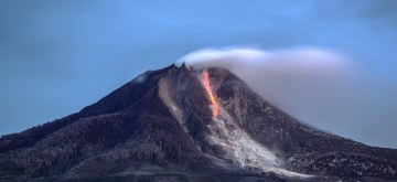 (141006) -- NORTH SUMATRA, Oct. 6, 2014 (Xinhua) -- Photo taken on Oct. 6, 2014 shows lava flowing out of Mount Sinabung in North Sumatra, Indonesia. Mount Sinabung volcano in North Sumatra of Indonesia erupted on Sunday, sending columns of ash up to 3,000 meters to the sky, an official said. (Xinhua/Tanto H.) ****Authorized by ytfs****