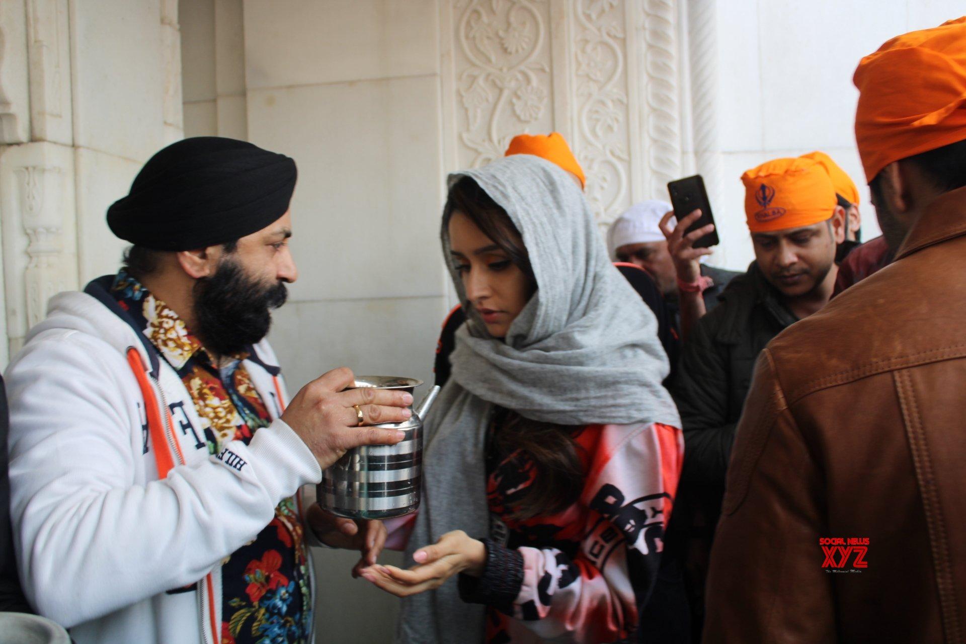 New Delhi: Varun Dhawan, Shraddha Kapoor visit Bangla Sahib Gurudwara #Gallery