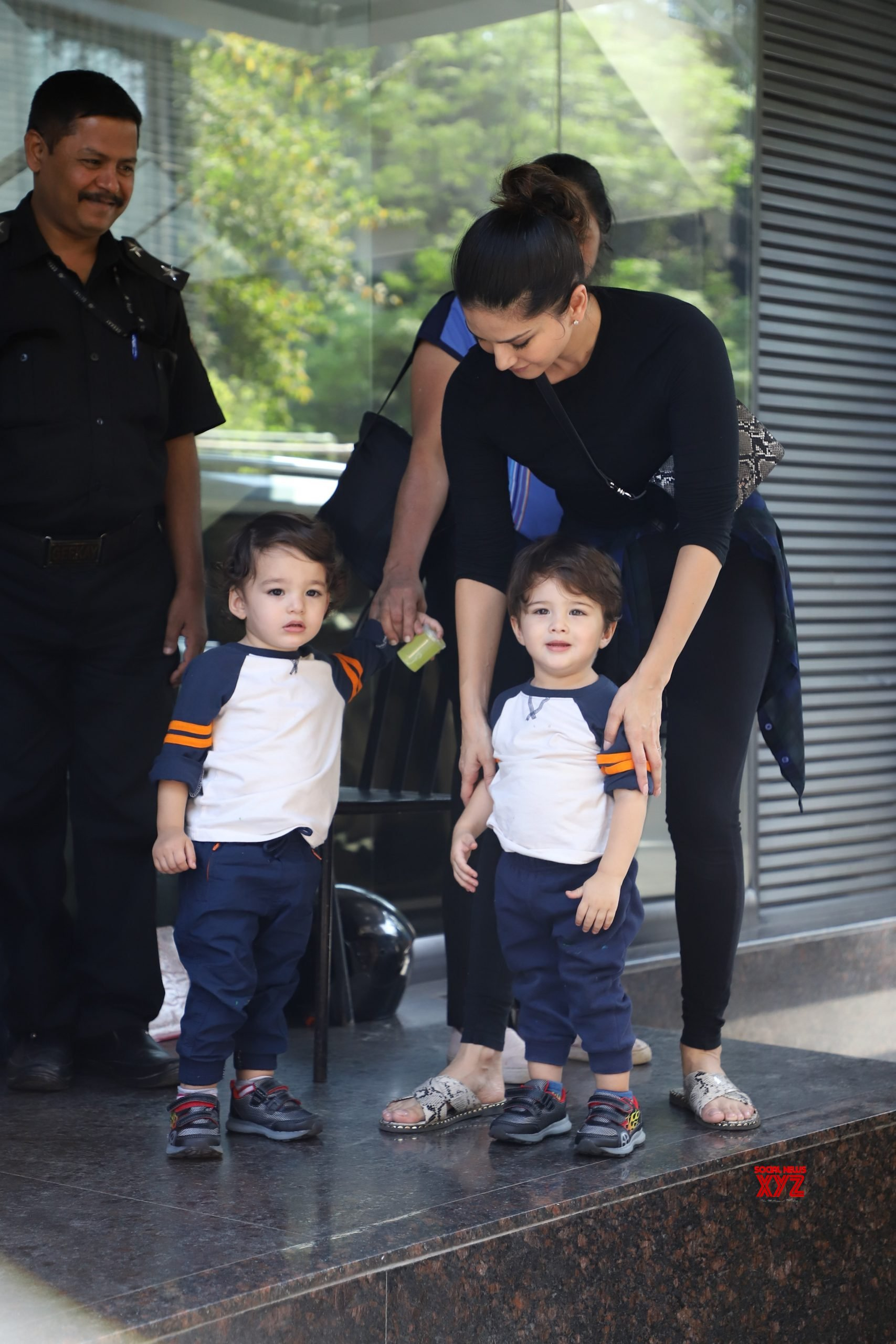 Sunny Leone And Kids Spotted At Juhu - Gallery