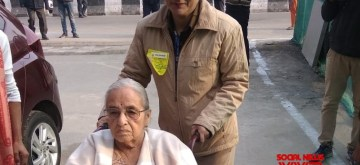 """A Delhi Police personnel assists a senior citizen to the polling station during the Delhi Assembly elections 2020, in New Delhi on Feb 8, 2020. Taking to the Twitter handle @DelhiPolice wrote, """"Helping the citizens in exercising their democratic right. #DelhiElections2020"""""""
