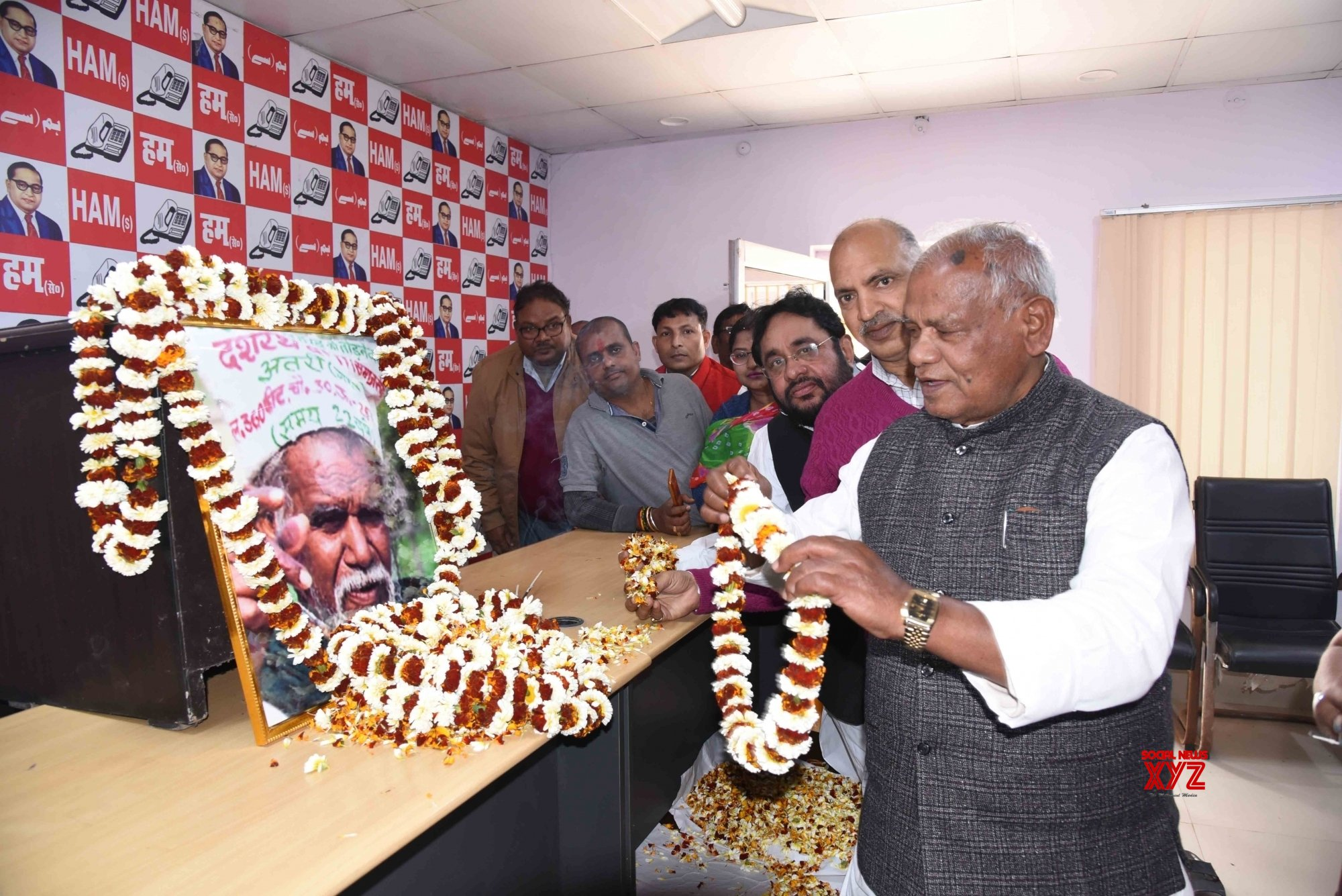 Patna: Jitan Ram Manjhi pays tributes to Dashrath Manjhi on his birth anniversary #Gallery