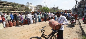 Patna: People queue up to buy LPG Gas cylinders during complete lockdown imposed in 560 districts in 32 states and union territories across the country as precautionary measures to contain the spread of the coronavirus, in Patna on Mach 24, 2020. (Photo: IANS)