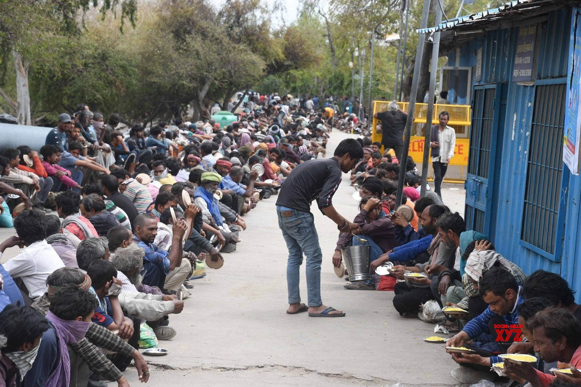 New Delhi: Homeless, daily wagers receive food amid lockdown #Gallery
