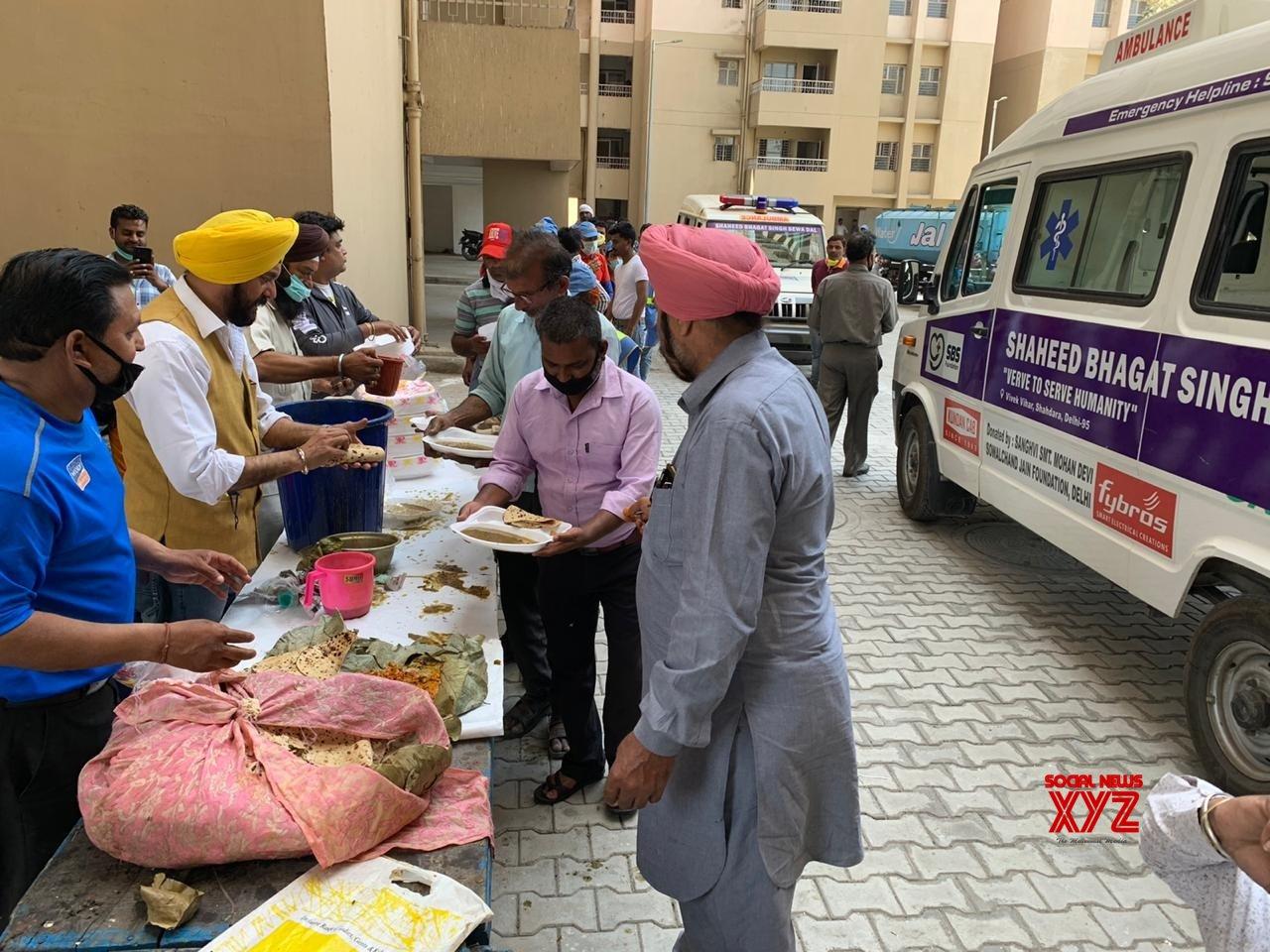 New Delhi: NGO conducts 'Langar Sewa' for workers of quarantine ...