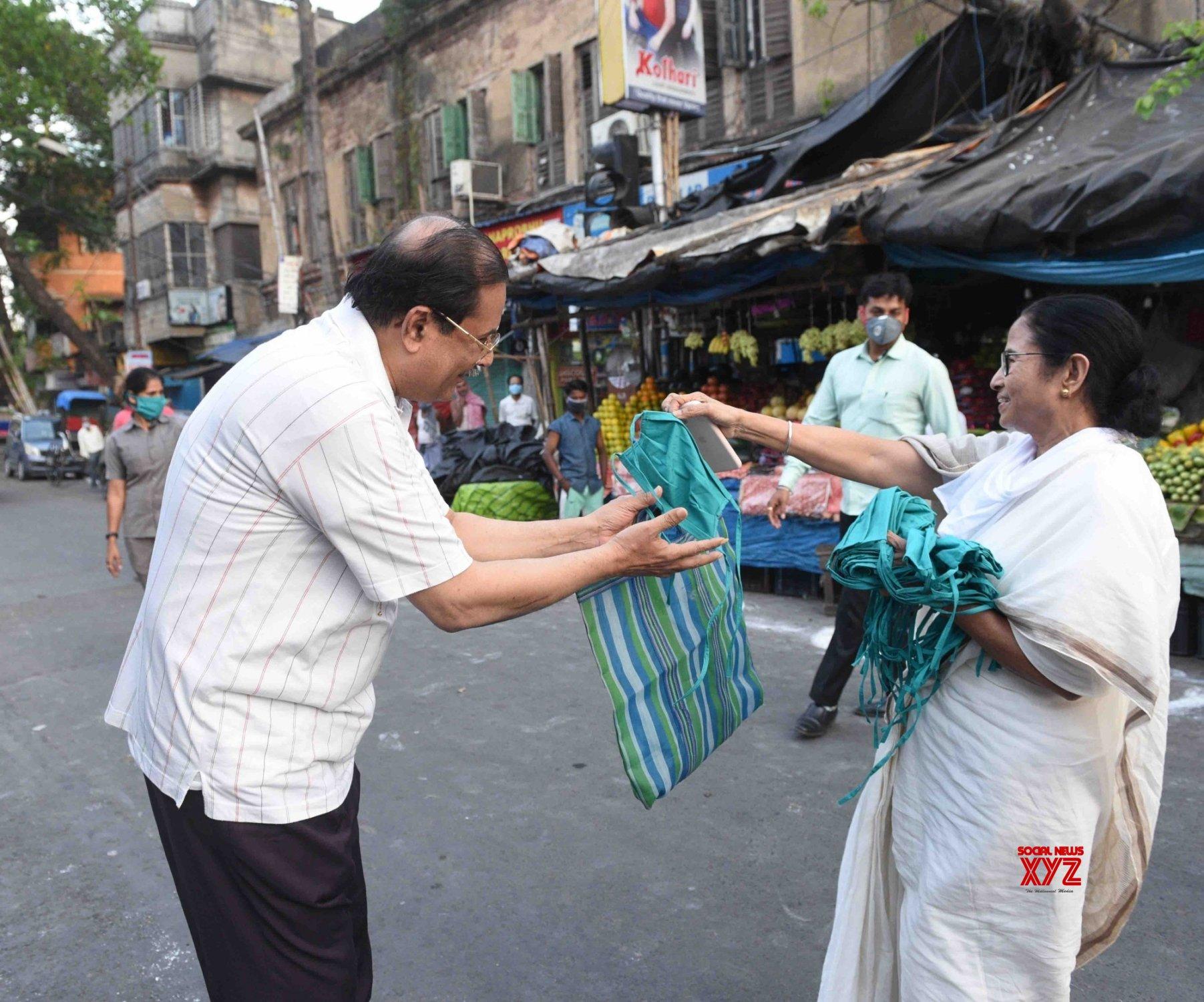 Kolkata: Mamata Banerjee distributes masks amid lockdown #Gallery
