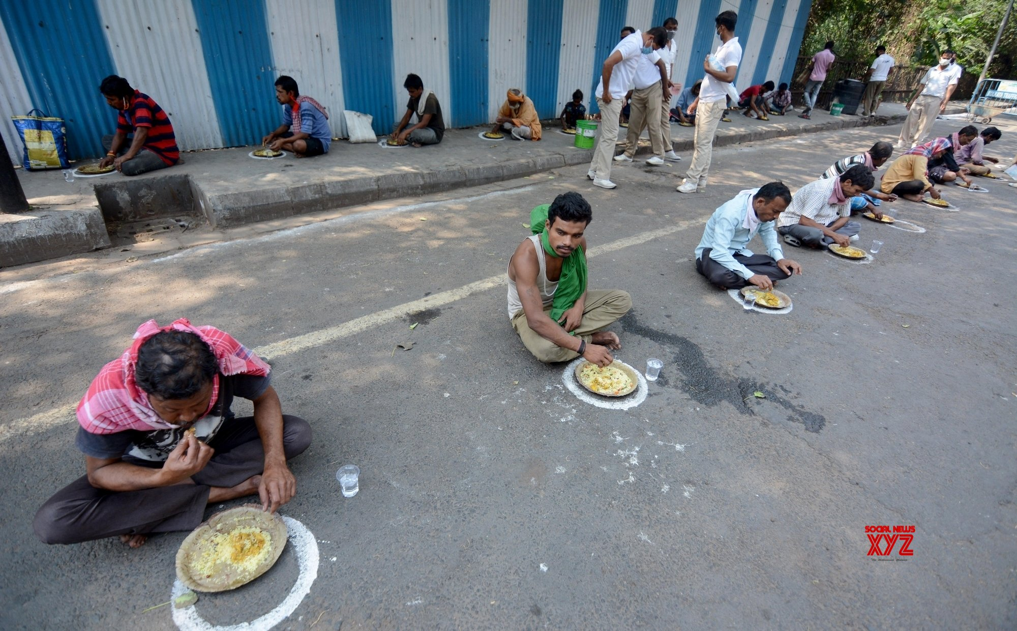 Kolkata: CRPF reaches out to the poor with food during lockdown #Gallery
