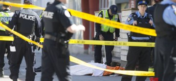 TORONTO, April 24, 2018 (Xinhua) -- Policemen investigate at the site where a van struck pedestrians in Toronto, Canada, April 23, 2018. At least nine people were killed and 16 others injured after a van plowed into pedestrians in Toronto's northern suburbs on Monday, police said. (Xinhua/Zou Zheng/IANS)