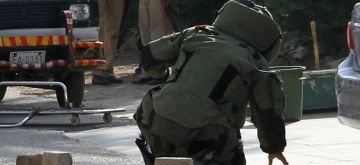 (181123) -- KARACHI, Nov. 23, 2018 (Xinhua) -- A bomb disposal squad member inspects explosive material at the attack site in Karachi, Pakistan, on Nov. 23, 2018. At least five people including two policemen were killed on Friday morning in a terrorist attack in the diplomatic area in Karachi, police and hospital officials said. (Xinhua/Stringer)(wsw)