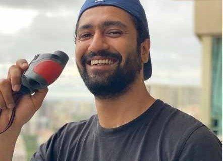 Vicky Kaushal looks through binocular for his 'peeps beyond 2 kms'