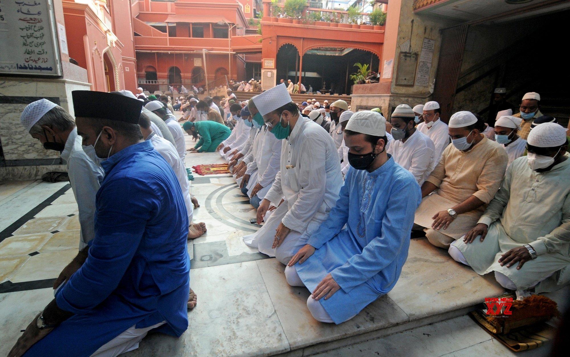 Kolkata: People offer Eid - Ul - Zuha namaz at Nakhoda Masjid #Gallery