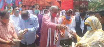 New Delhi: Delhi BJP president Adesh Gupta distributes face masks, sanitisers and earthen lamps among needy people on the eve of Bhumi Pujan of Ram temple in Ayodhya; in New Delhi on Aug 4, 2020. (Photo: IANS)