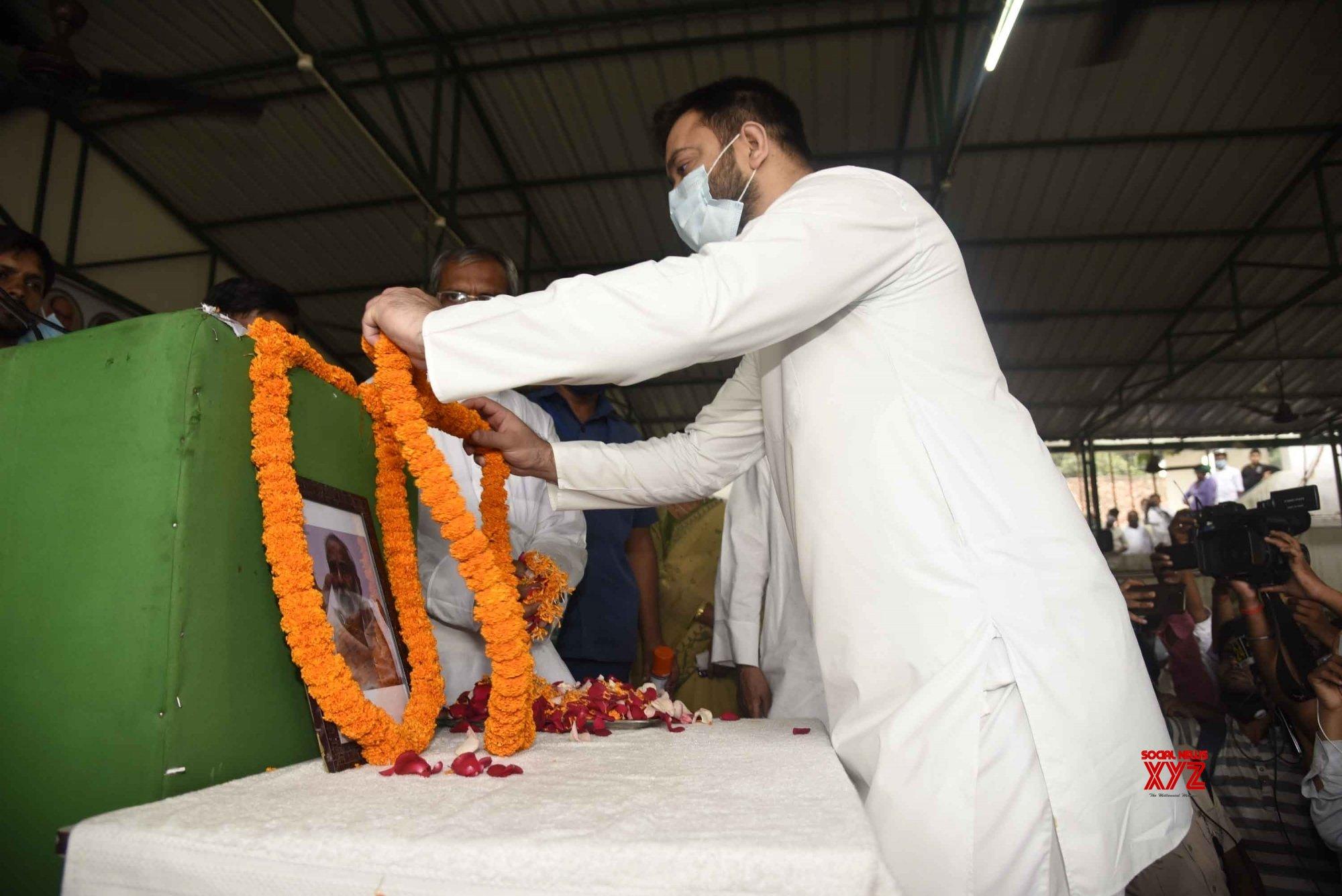 Patna: RJD Leader Tejashwi Yadav pays tribute to Raghuvansh Prasad Singh #Gallery
