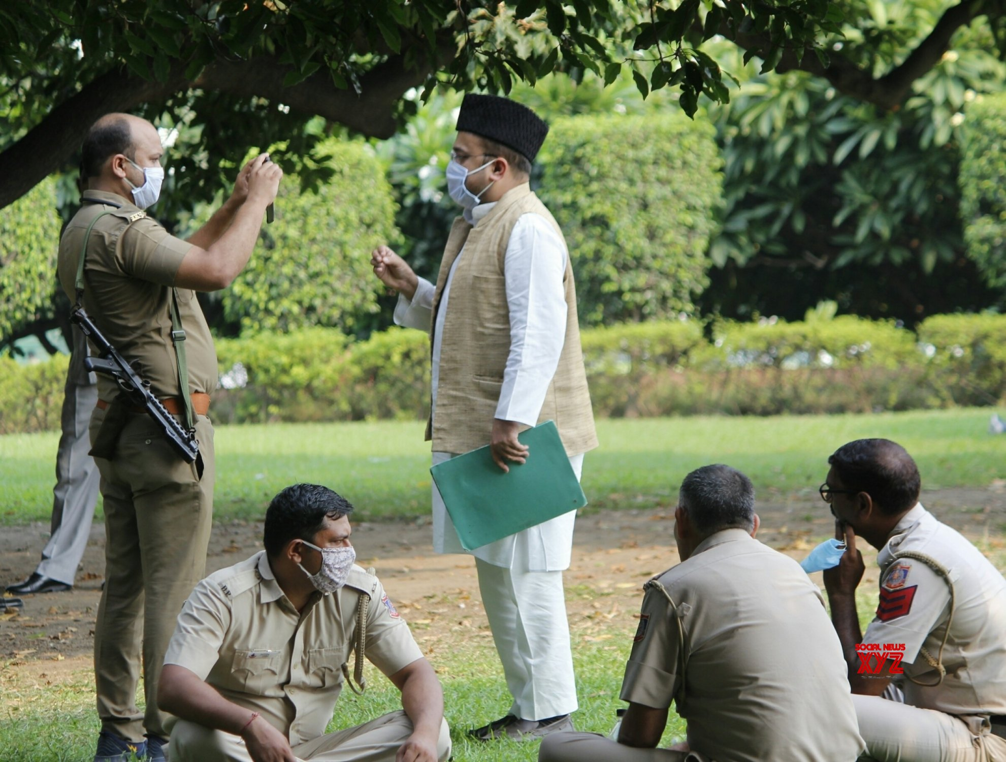 New Delhi: Police constable seen making videos of Samajwadi Party worker outside Parliament #Gallery