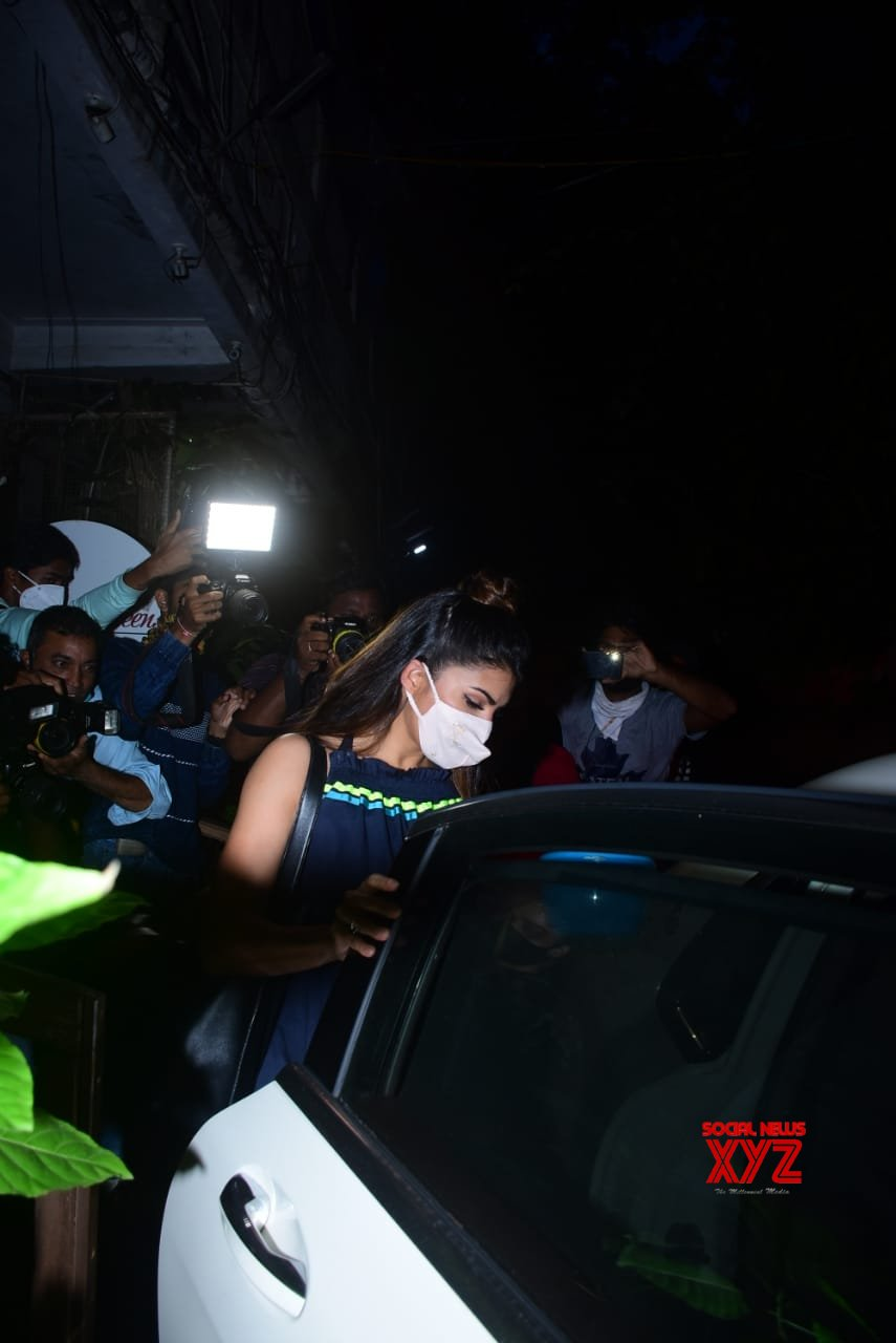 Actress Jacqueline Fernandez Spotted At Bandra - Gallery