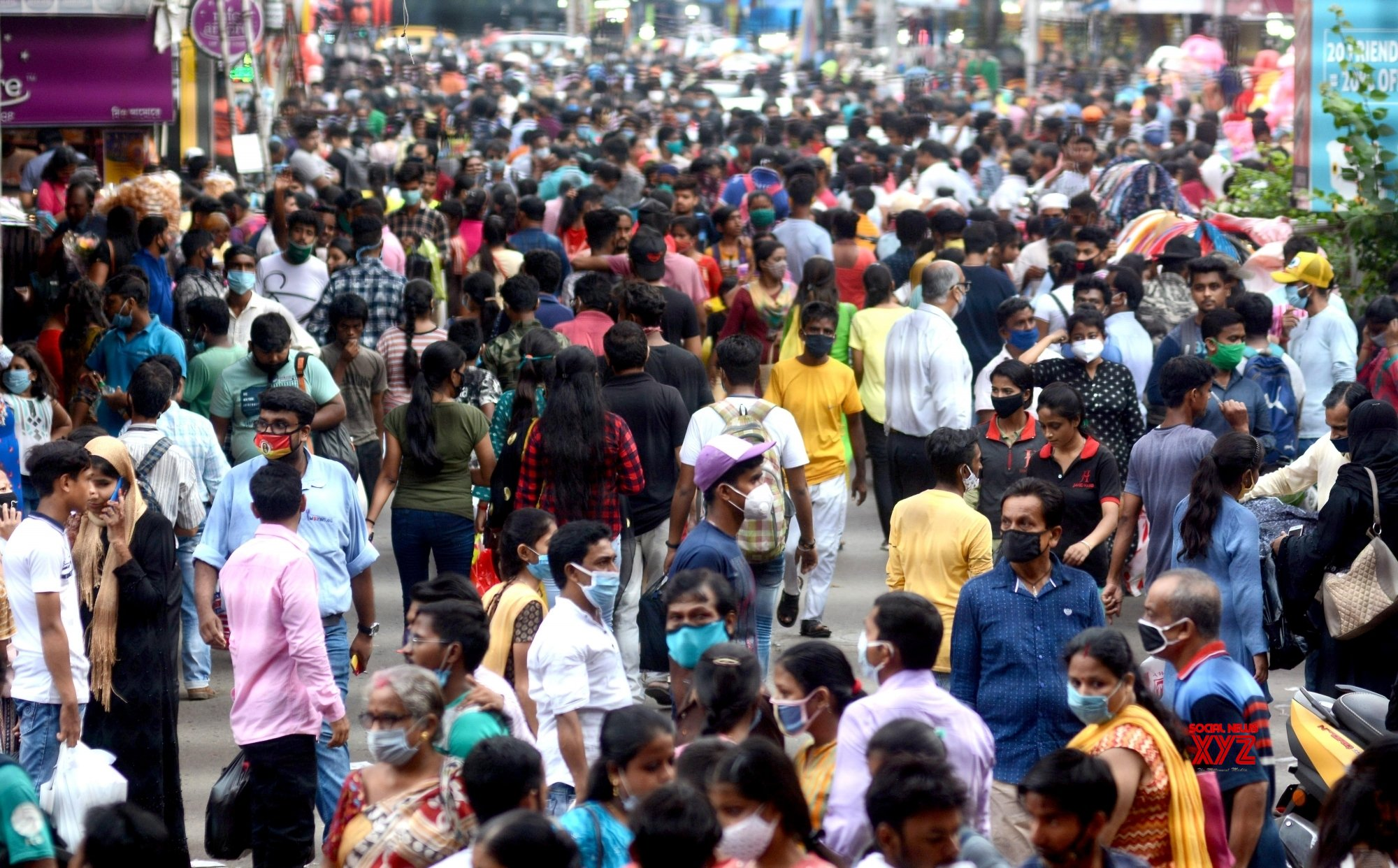 Kolkata: People shopping at New market area on eve of Durga Puja festival #Gallery