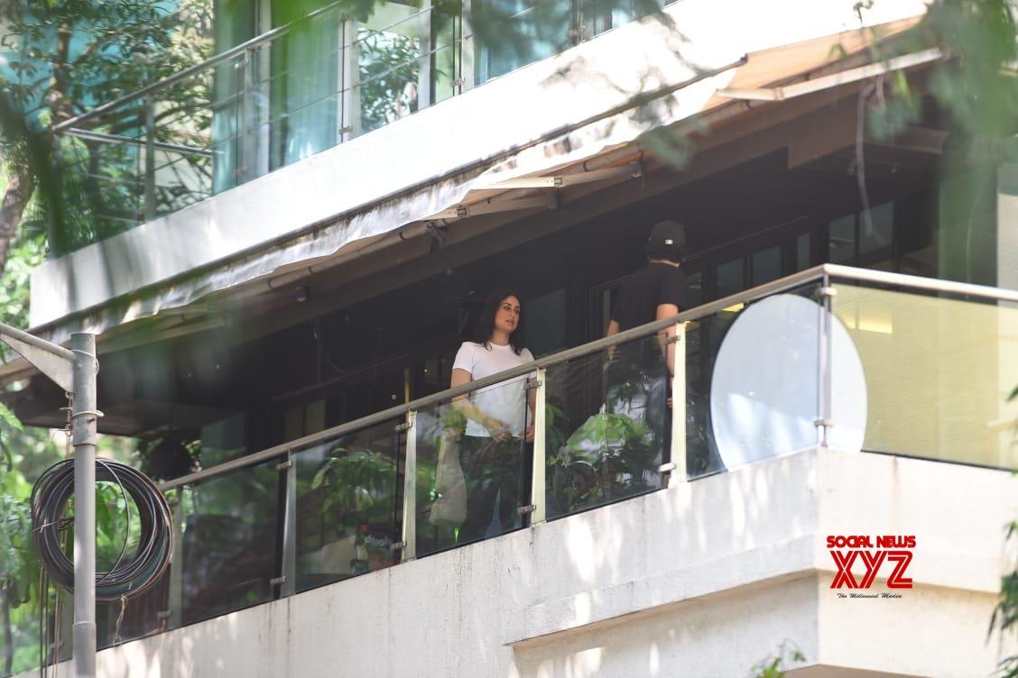 Mumbai: Karisma, Kareena seen at Bandra #Gallery