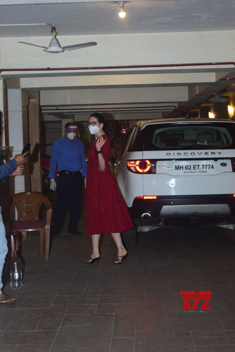 Karishma Kapoor Spotted At Kareena Kapoor House Bandra - Gallery