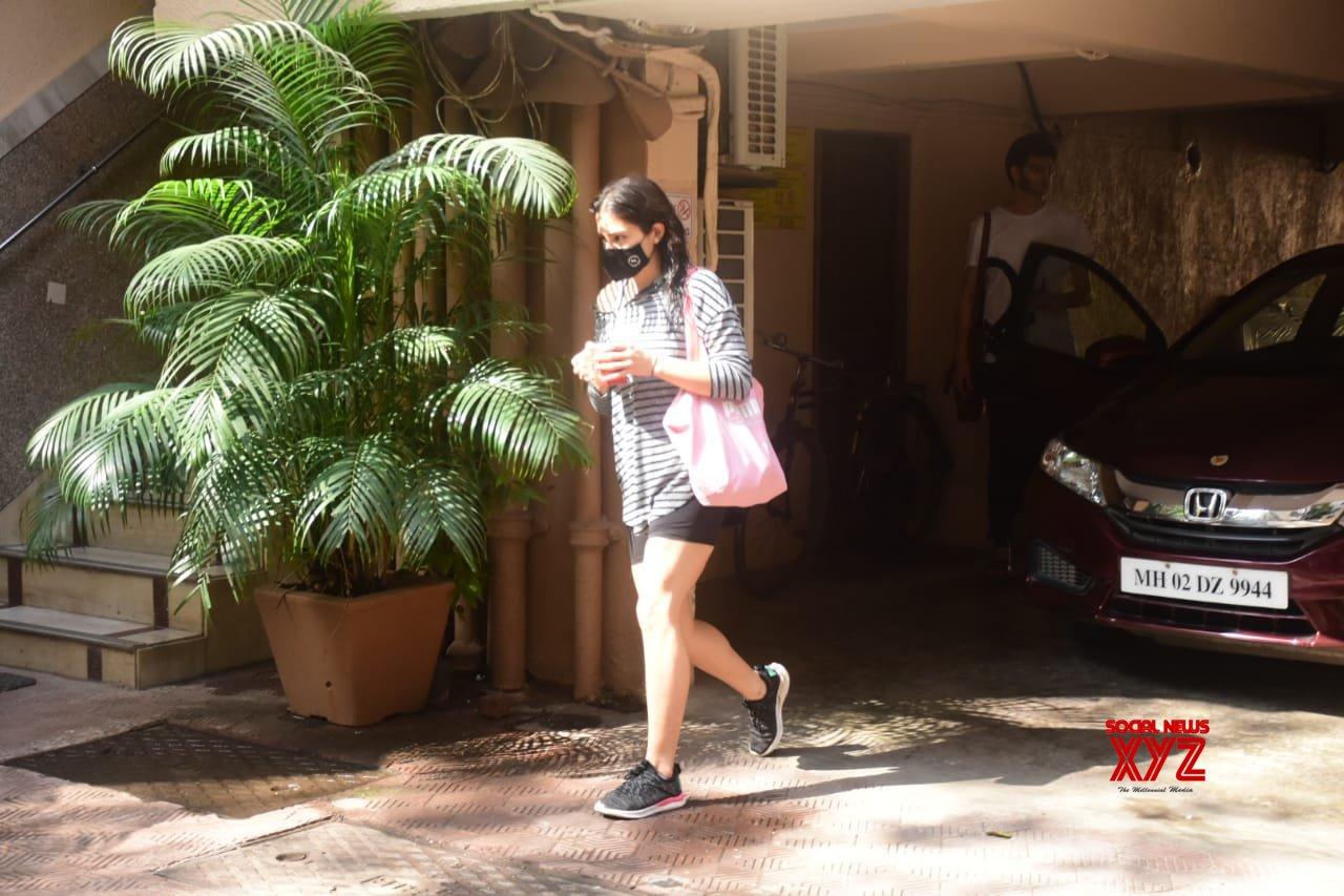 Actress Sara Ali Khan Spotted At Bandra - Gallery