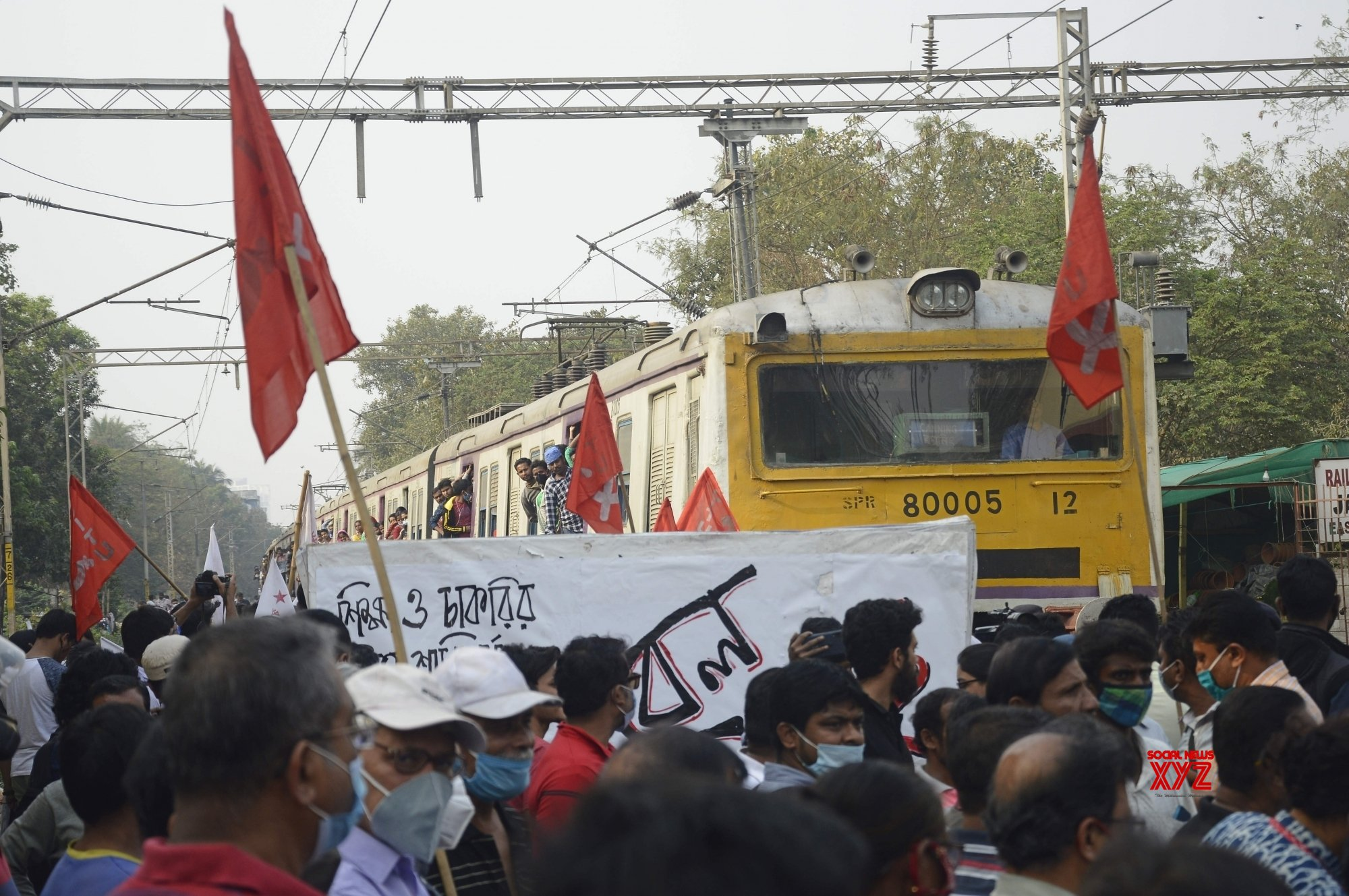 Kolkata : - Left activists blocked the railway track during the countrywide Rail Roko Andolan, called by Samyukta Kisan Morcha at Jadavpur Rail Station in Kolkata on Thursday 18th February 2021 #Gallery