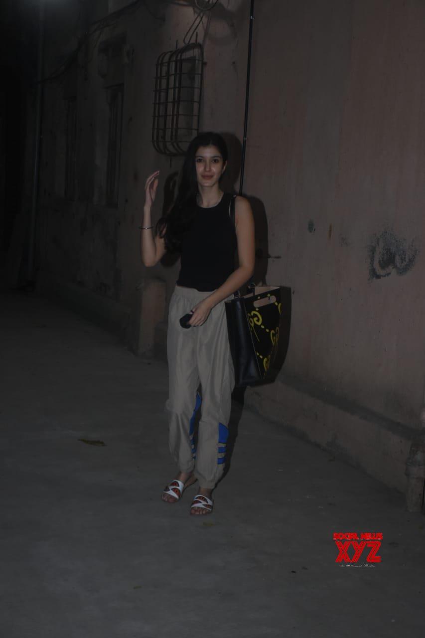 Actress Shanaya Kapoor Spotted Dance Class In Bandra - Gallery