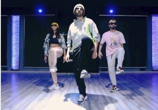 Kartik Aaryan shakes a leg on Allu Arjun's 'Buttabomma'