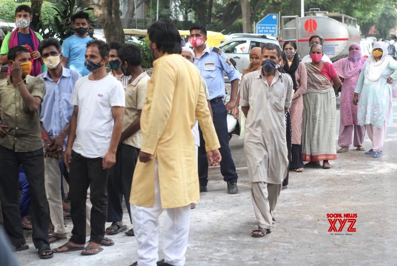 New Delhi : Members of Delhi Shia Personal Law Board (Sabeel e Hussain) distribute free food for needy peoples at Mandi House in New Delhi. #Gallery