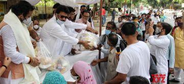 New Delhi :  Members of Delhi Shia Personal Law Board (Sabeel e Hussain) distribute free food for needy peoples at Mandi House in New Delhi on Friday 11 June 2021. (Photo: IANS)