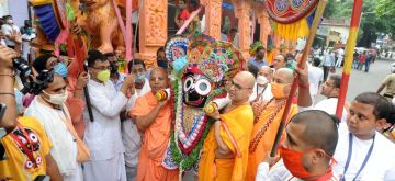 Kolkata: Hindu devotees participate in the rituals of Ulta Ratha Yatra after the Rath Yatra procession was canceled amid concerns over the spread of the COVID-19 coronavirus during 50 years of ISKCON Ratha Yatra (Bahuda Yatra) festival in Kolkata on Tuesday, July 20, 2021. (Photo: Kuntal Chakrabarty/ IANS)