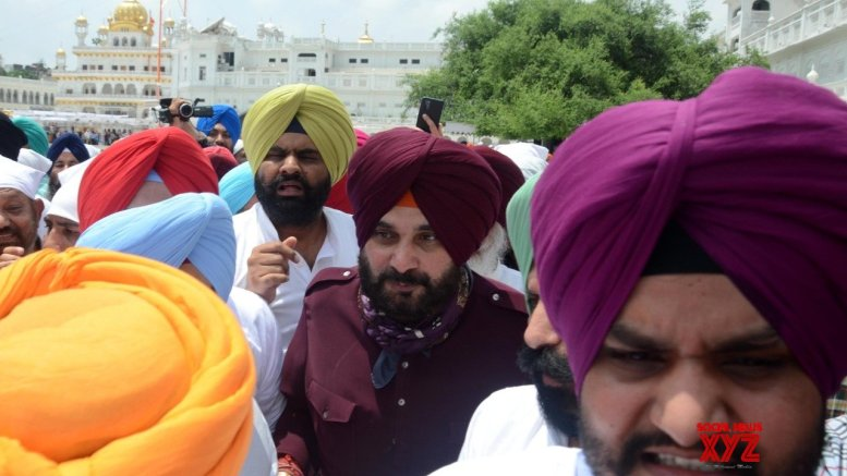 Amid standoff with Punjab CM, Sidhu shows solidarity, strength