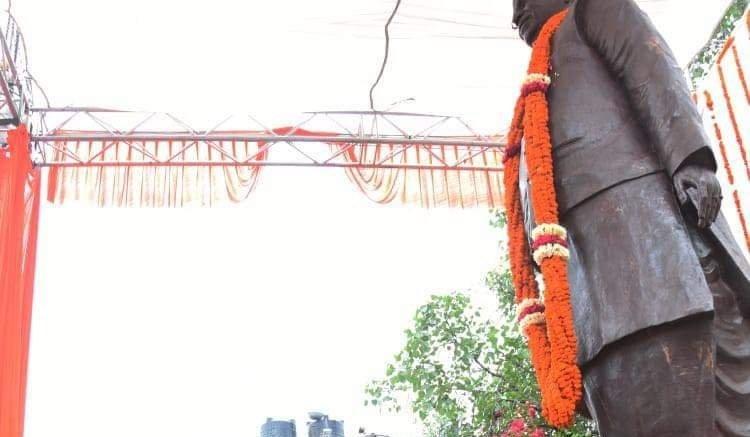 Rajnath unveils Lalji Tandon's statue in Lucknow