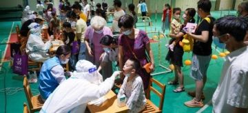 Photo taken on July 21, 2021 shows medical workers take swab samples from residents for COVID-19 test at a testing site in Nanjing, east China's Jiangsu Province. (Xinhua/Li Bo)