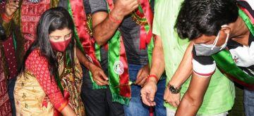 """Kolkata: Trinamool MLA Aditi Munshi, ATK Mohun Bagan Assistant Coach Sanjay Sen along with veteran players celebrate """"Mohun Bagan Day"""" in Kolkata on Thursday, July 29, 2021.(Photo: Kuntal Chakrabarty/IANS)"""