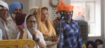 Kolkata: West Bengal Chief Minister and TMC candidate from Bhawanipur constituency by-poll, Mamata Banerjee  OFFER PRAYER during her visit Gurudwara sant kutiya at Bhawanipur in Kolkata on Sep 15, 2021.(Photo: IANS)