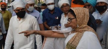 Kolkata:West Bengal Chief Minister Mamata Banerjee with her nephew and MP Abhishek Banerjee offers prayer at a Gurudwara at Bhawanipur in Kolkata on Monday October 04 , 2021.(Photo: Kuntal Chakrabarty/IANS)
