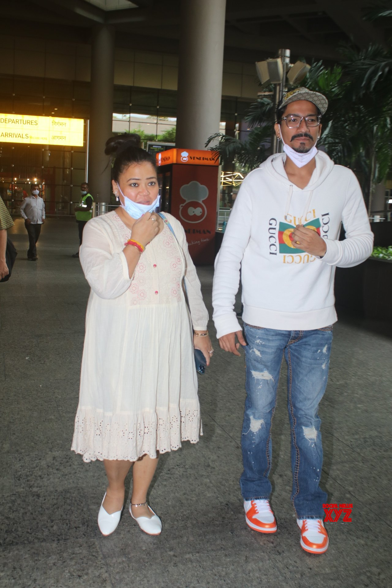 Bharti Singh And Haarsh Limbachiyaa Spotted At Airport Arrival - Gallery